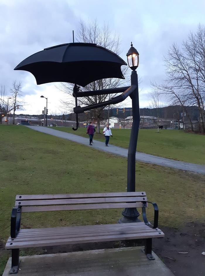 Фонарь держит зонтик над скамейкой:)