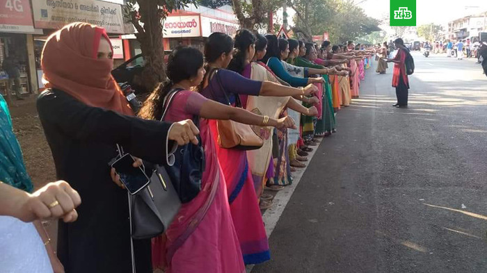 В Индии миллионы женщин выстроились в шеренгу, требуя равенства Общество, Индия, Женщина, Равенство, НТВ, Религия, Касарагод, Храм