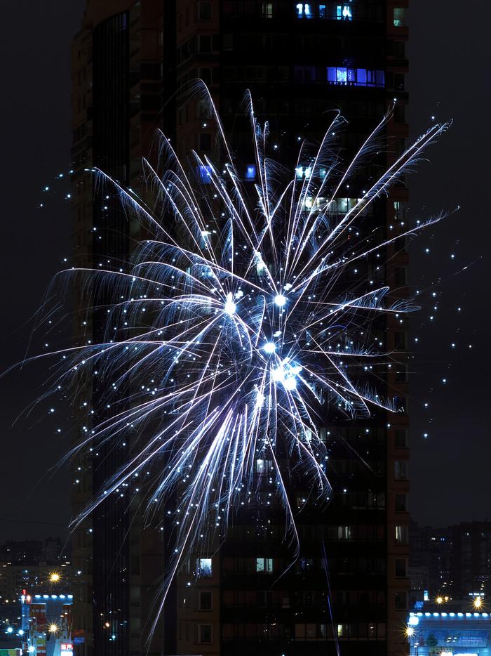 Новый год в окно стучится