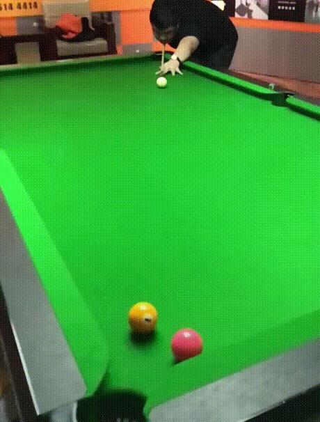 Красивый удар в игре на бильярде