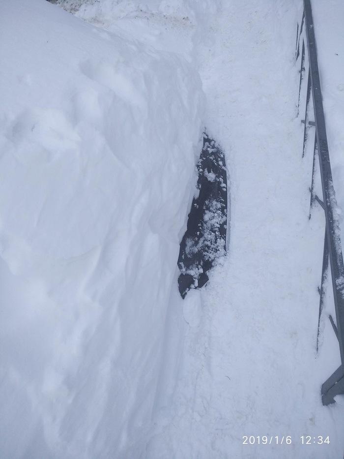 Засыпанный снегом автомобиль в Саратове стал частью тротуара Саратов, Саратов vs Омск, Солнечный, Длиннопост