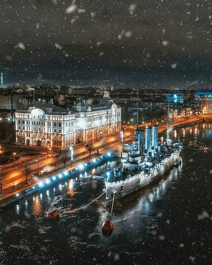 Ночная Аврора Санкт-Петербург, Крейсер Аврора