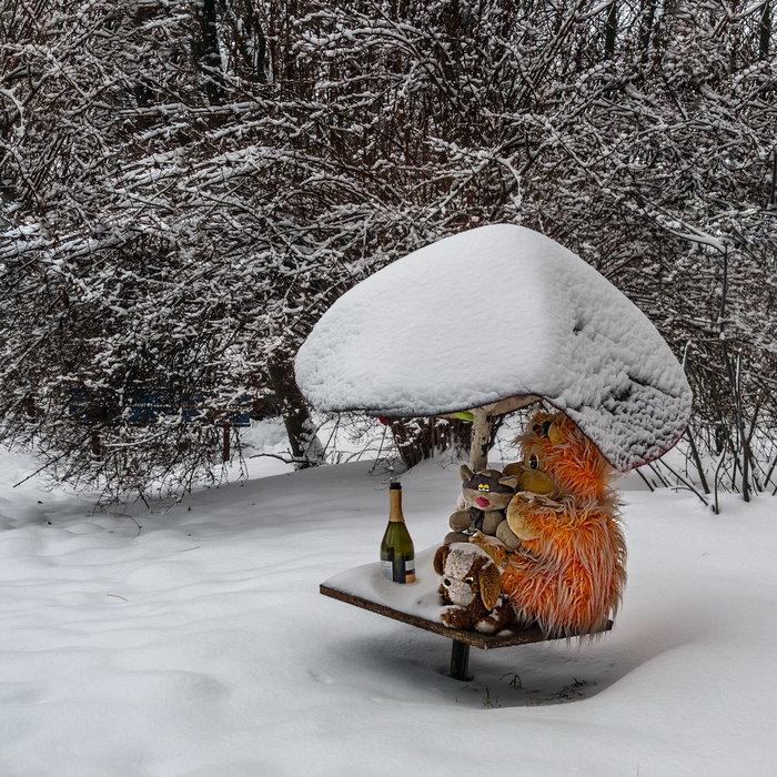 Со старым Новым годом! Снег, Игрушки, Шампанское, Двор