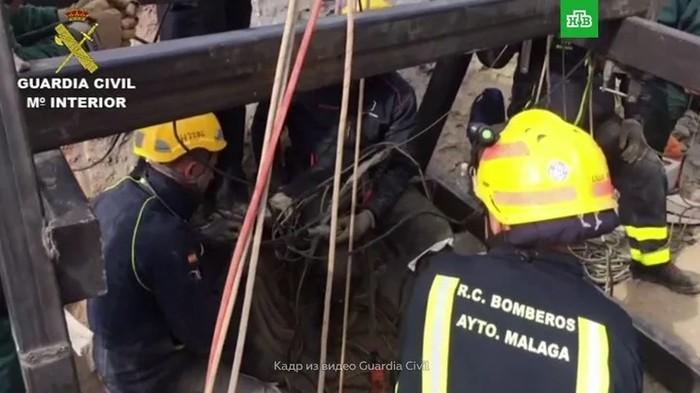 Надежда на чудо: сотня спасателей ищет ребенка на дне 100-метровой скважины Дети, Испания, Спасение жизни, Халатность, Скважина, Видео, Длиннопост