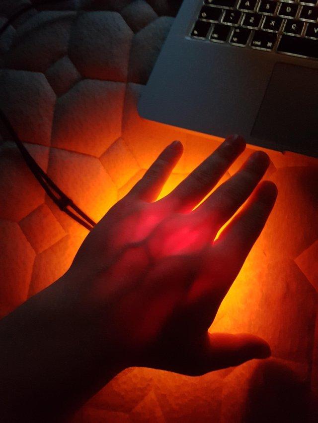 Фонарик в4000 lumen просвечивает руку