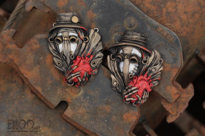 Вот эти ребята... Вариации кулона Чумной доктор с сердцем в руках. Полимерная глина, акрил, лак.