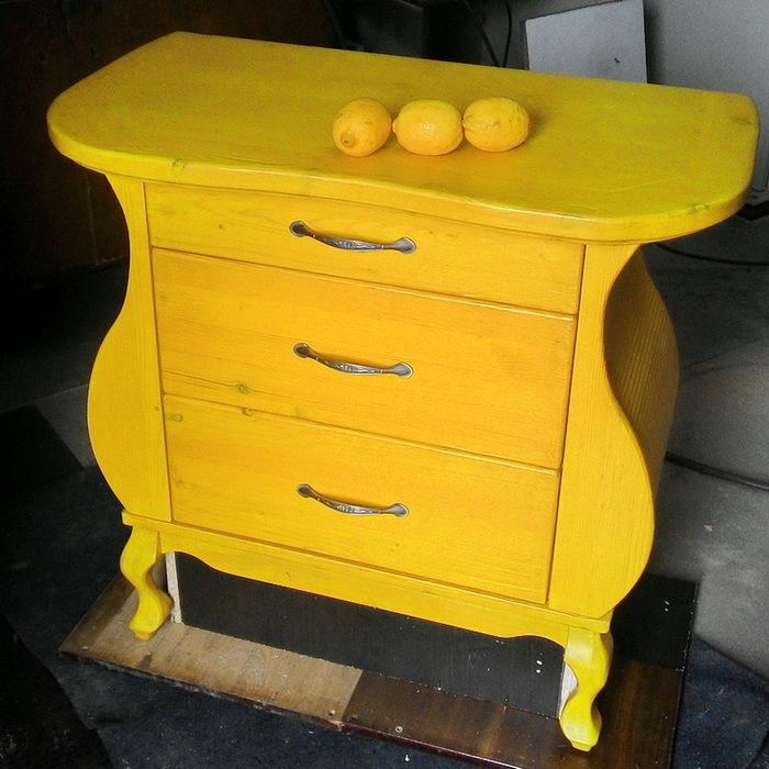 Лимонный комод из массива