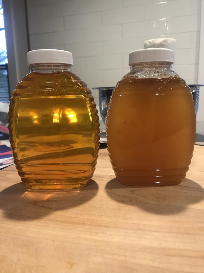 Две банки мёда с одной пасеки, левая банка с этой осени, а правая с лета