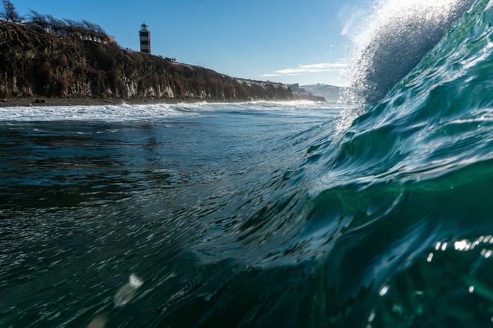 Несколько раз в год в Анапу приходят очень красивые волны, удалось поймать в кадр вид на маяк из волны Анапа, Фотография, Волна, Маяк, Природа, Природа России, Море, Черное море, Длиннопост