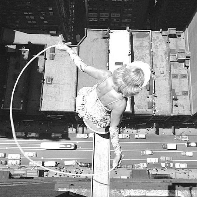 Прыжки со скакалкой на небольшой платформе над улицами центра города Чикаго, штат Иллинойс - минимум 20 этажей, 13 июля 1955 года.