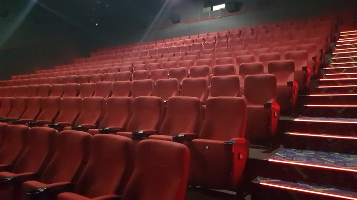 Ходить по будням утром в кино - бесценно Кинотеатр, Будни, Пусто