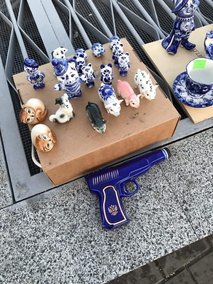 У станции «Ленинский проспект» бабушка продаёт гжелевых поросят, котят и пистолет :)