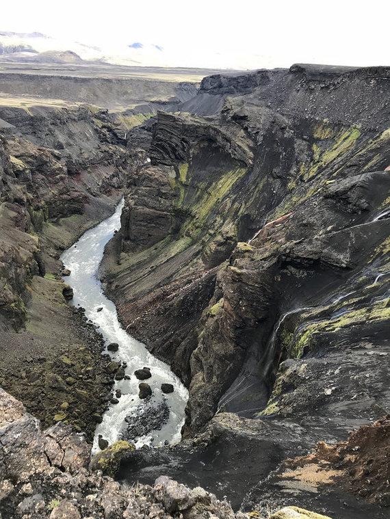 Пешком по Исландии. 100 км, 4 дня и 2 девушки сквозь дождь, снег и ветер по знаменитому вулкануЭйяфьядлайёкюдль. Автостоп, Исландия, Поход, Горячие источники, Трэвеламазонки, Путешествия, Видео, Длиннопост