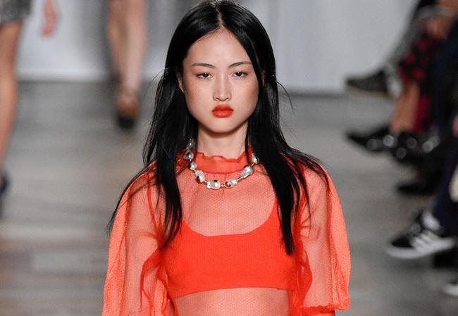 Хочу все знать #117. Модный бренд обвинили в том, что он изуродовал модель. А он всего лишь выложил фото без ретуши. Хочу все знать, Мода, Скандал, Zara, Модель, Веснушки, Китай