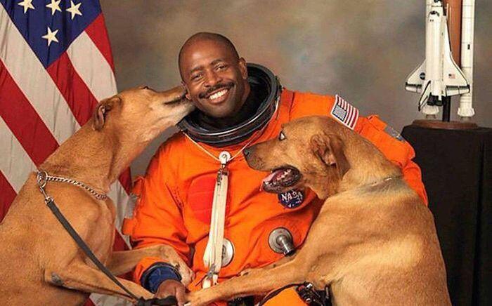 Бывший астронавт НАСА Леланд Мелвин выбрал именно этот снимок для своего официального фото Леланд Мелвин, Астронавт, NASA, Официальное фото, Собака, Милота