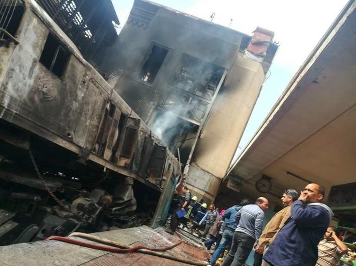 В Египте поезд врезался в платформу Египет, Каир, Поезд, Авария, Жертва, Негатив