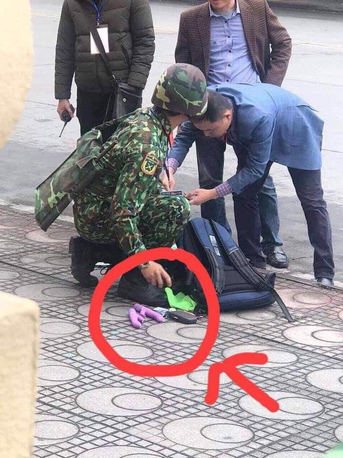 Охрана саммита во Вьетнаме обыскивает мужчину на наличие подозрительных предметов)