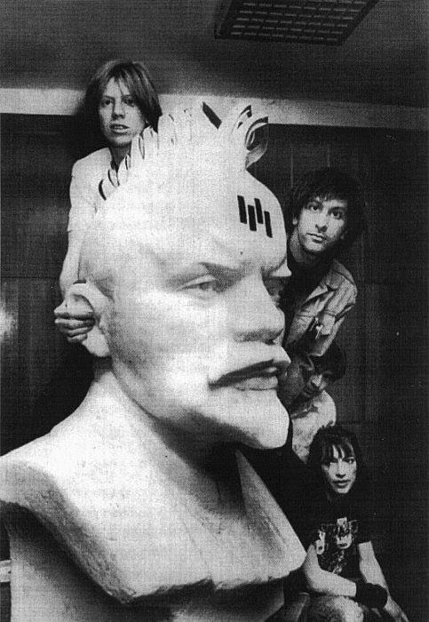 Американская рок-группа Sonic Youth с бюстом Ленина