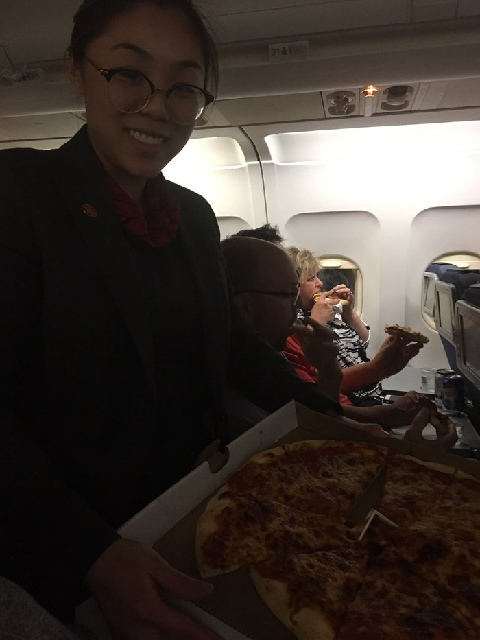 В Канаде самолёт больше восьми часов не мог улететь из-за плохой погоды. Пилот заказал пассажирам 23 пиццы. Tjournal, Пицца, Самолет, Пассажиры, Канада, Длиннопост