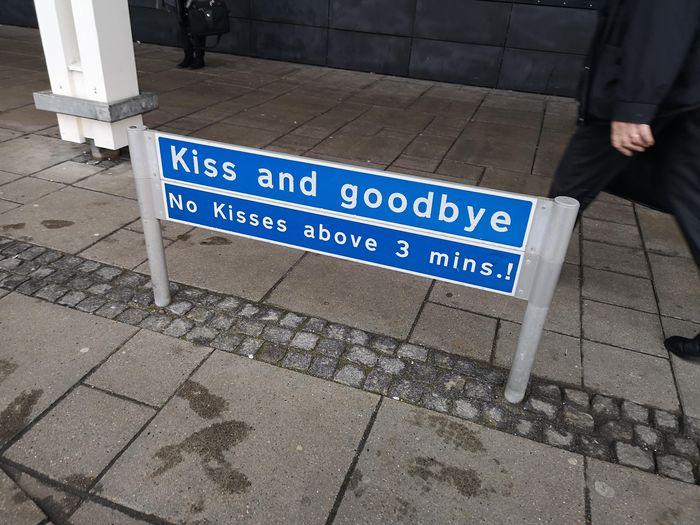 Дабы поцелуи не переросли в нечто большее ) Поцелуй, Объявление, Прощание, Вокзал, Платформа, Ограничения