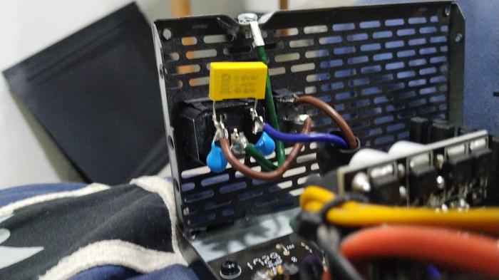 [РЕШЕНО] Замыкание на корпус Блок питания, Компьютер, Ток, Мужик бьет себя током