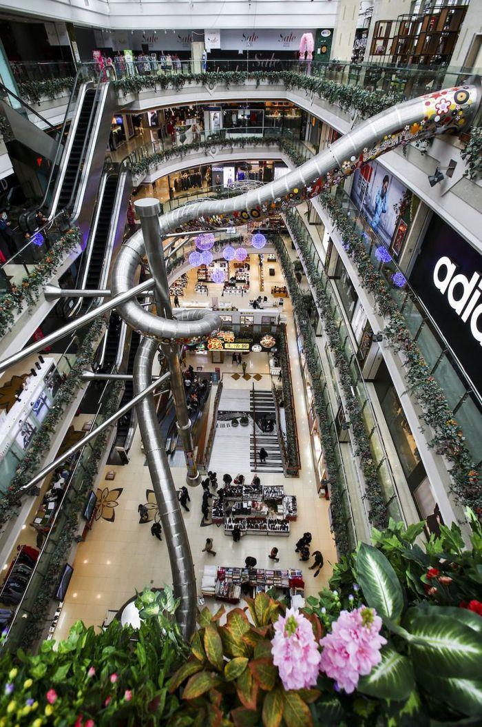 Пятиэтажная горка для посетителей в торговом центре
