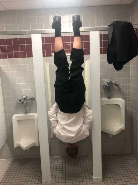 Редкое фото - австралиец в европейском туалете