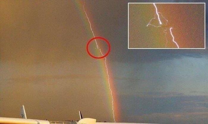 Молния ударила по самолету в радуге