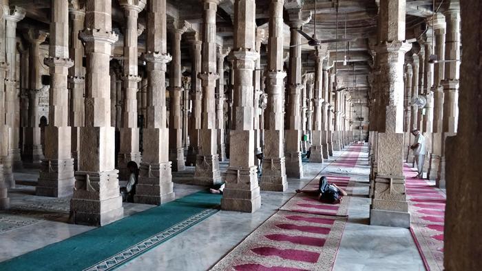 Мечеть вАхмедабаде изнутри выглядит как глюк на фото