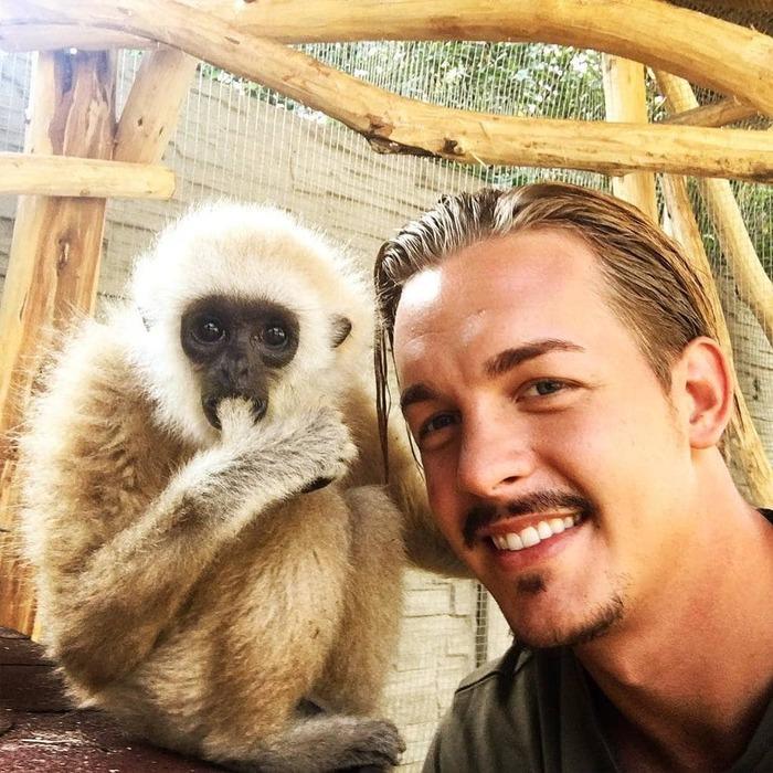 26-летний парень уволился с престижной работы, продал имущество и уехал в Африку спасать диких животных. Африка, Лев, Животные, Длиннопост