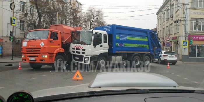 Разбили в пух и прах проклятых конкурентов Мусоровоз, ДТП