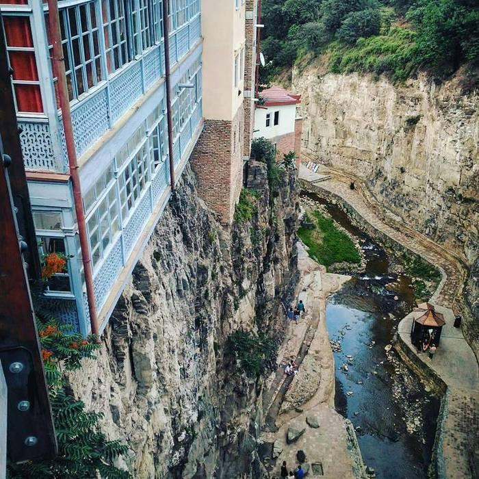 Отель в Тбилиси на обрыве. Хотели бы в таком жить?
