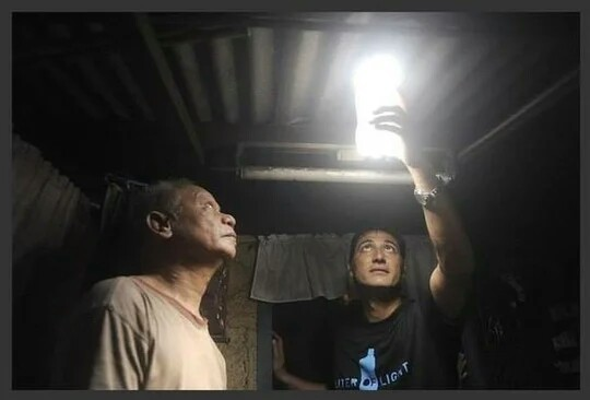 """""""Литр света"""": как ПЭТ бутылка и литр воды освещают тысячи домов без электричества Экология, Свет, Пэт, Бутылка, Длиннопост"""
