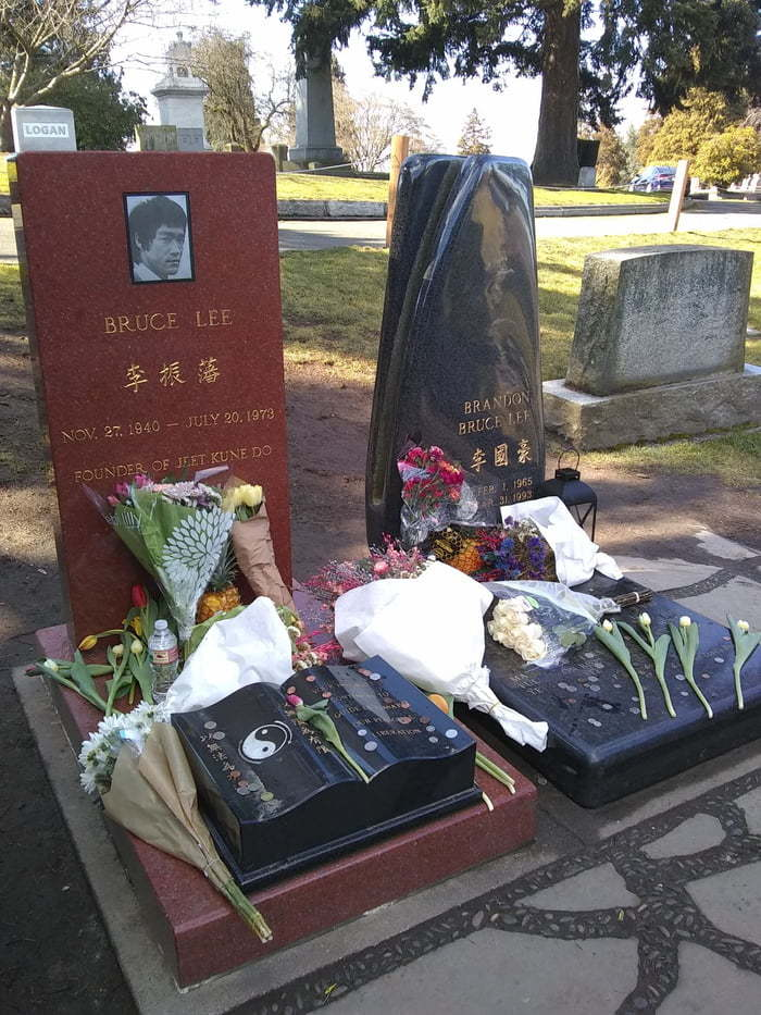 Отец и сын Брюс Ли, Брендон Ли, Кладбище, Надгробья