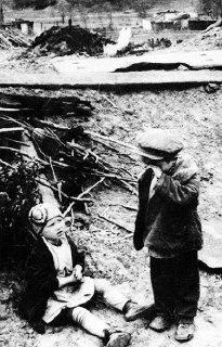 Дети стоят на руинах своего дома. СССР, 1942 год