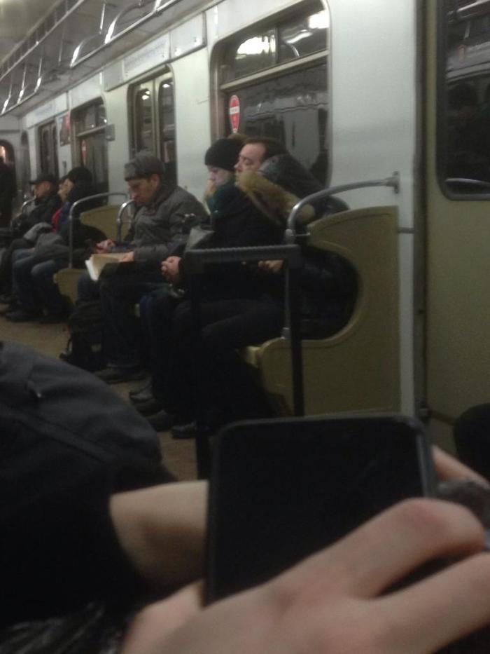 Встретил в метро спящего Медведева