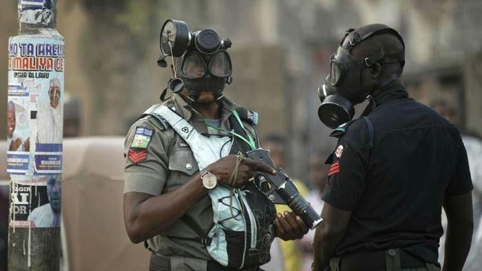 Ему так удобно Нигерия, Полиция, Противогаз