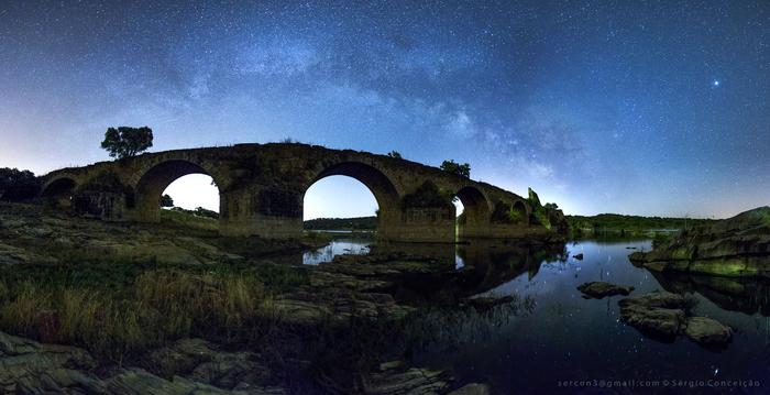 Млечный Путь и древний мост через рекуГвадиана (Португалия)