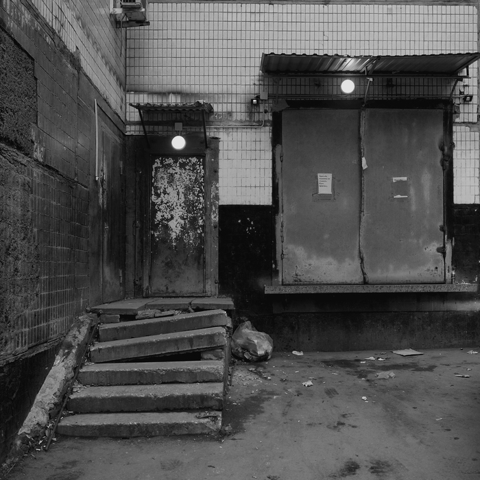 С обратной стороны магазина. Фотография, Магазин, Приемка, Срач, Разруха, Черно-Белое