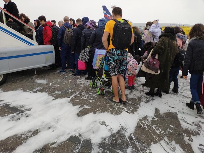 Сразу видно: сибиряк отдыхать летит Отдых, Сибиряк, Холодно, Иркутск, Аэропорт