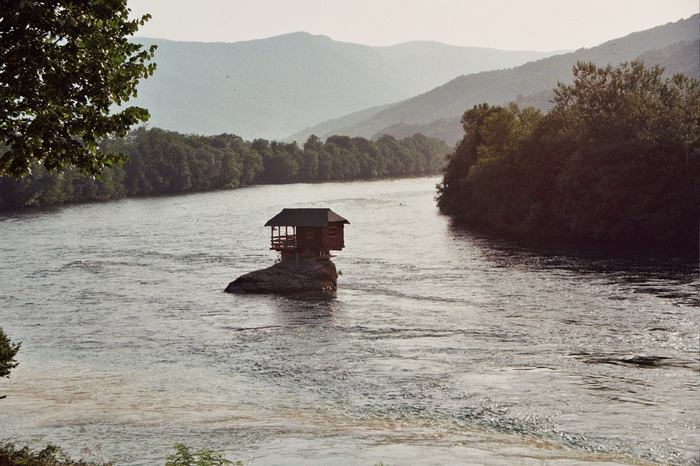 Домик на реке Дрина на границе Сербии и Боснии-Герцоговины