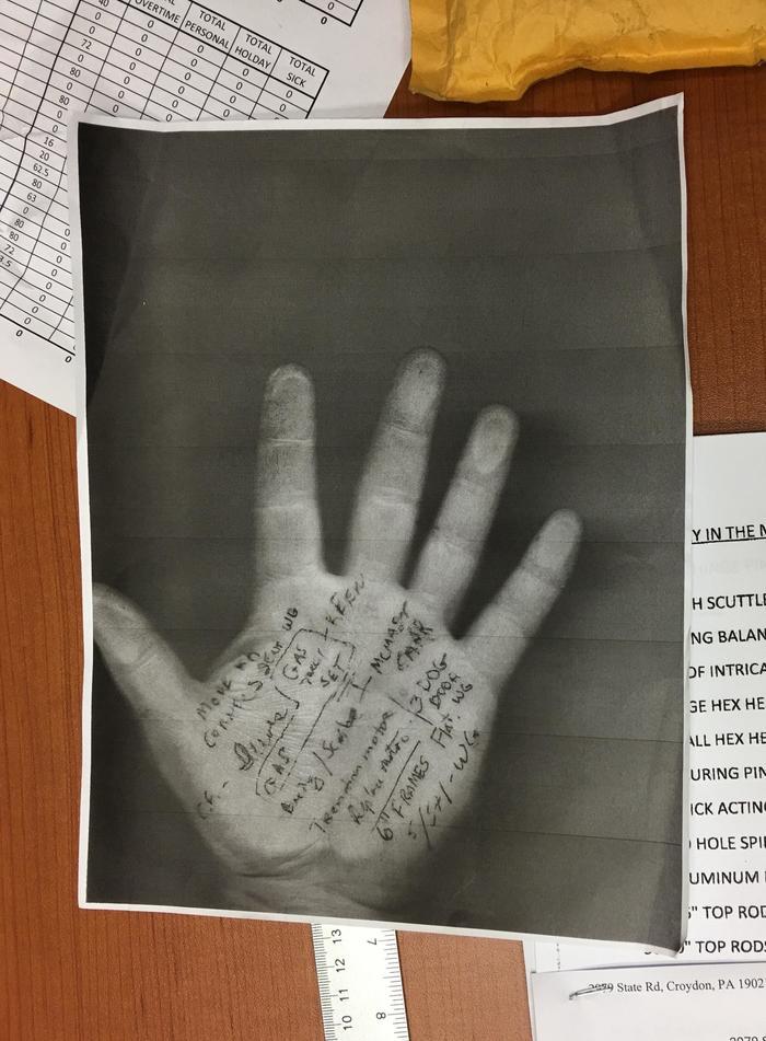 """""""Мой начальник пишет заметки у себя на ладони, а позже просто делает такие ксерокопии"""""""