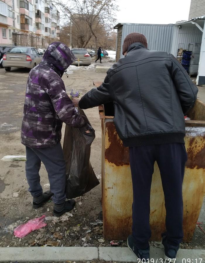Еда из мусорных баков. Бедность не порок. Без рейтинга, Мусор, Бедность, Маргиналы, Длиннопост