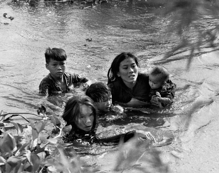 Женщина с детьми спасается от бомб в воде. Куинен, Южный Вьетнам, 1965 год [ФЕЙК] Вьетнам, Война, Семья, Горе