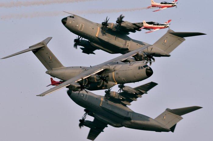 Фотограф Лио Ву смог на одном кадре запечатлеть потрясающий манёвр сразу шести самолётов. Фотография, Самолет