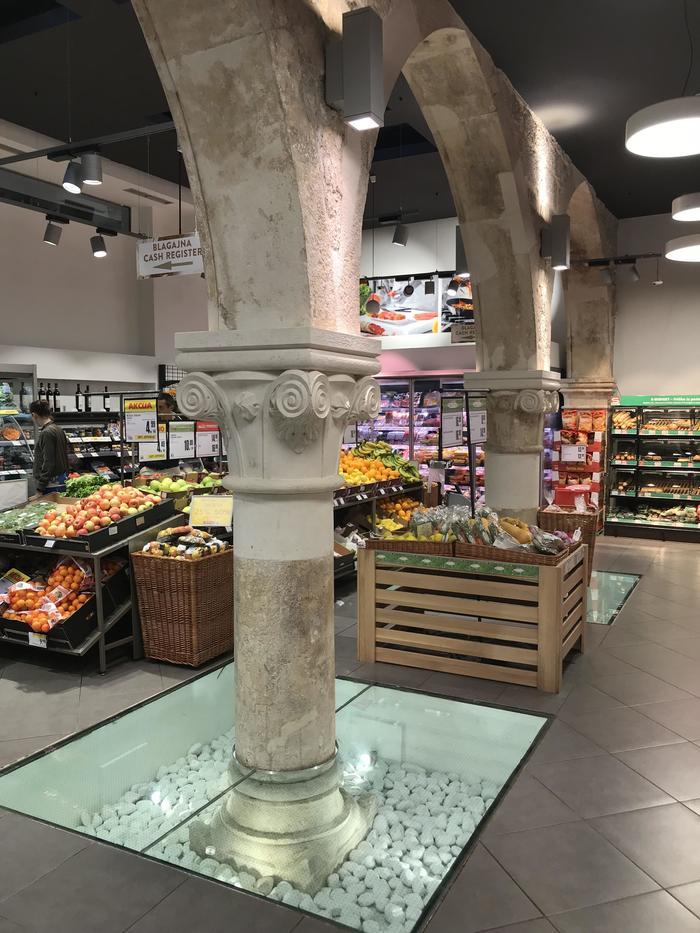 Римские колонны внутри супермаркета в городе Сплит, Хорватия