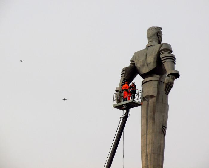 Вас освежить?.. Гагарин, Памятник, Умывание, Праздник к нам приходит!