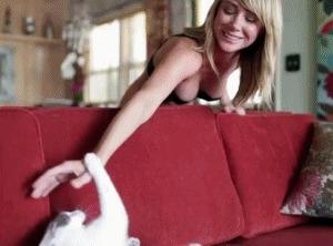 Sara Jean Underwood играет со своей киской
