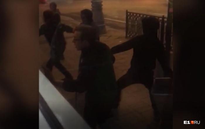 Толпа подростков избила сверстника в трамвае Екатеринбург Подростки, Драка, Избиение, Негатив, АУЕ, Екатеринбург, Видео, Длиннопост
