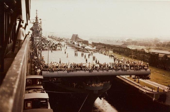 Авианосец проходит Панамский канал.